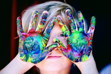 photo d'un enfant avec des taches de peinture sur les mains