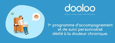 Image à fond bleu avec une personne assise dans un fauteuil, au téléphone et sur son ordinateur Logo de dooloo Texte: Dooloo, le 1er programme d'accompagnement et de suivi personnalisé dédié à la douleur chronique
